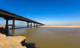 Η κίτρινη γέφυρα ποταμών στοκ εικόνα