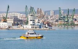 Η κίτρινη και άσπρη πειραματική βάρκα μπαίνει στο λιμένα Στοκ εικόνες με δικαίωμα ελεύθερης χρήσης