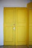 Η κίτρινη πόρτα στην πόρτα, άσπροι τοίχοι indoors εσωτερικός Στοκ φωτογραφίες με δικαίωμα ελεύθερης χρήσης
