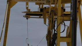Η κίτρινη ρόδα από τον ανελκυστήρα που λειτουργεί και που περιστρέφει απόθεμα βίντεο