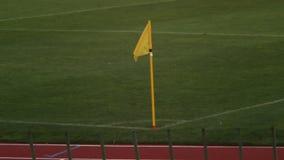 Η κίτρινη σημαία γωνιών χαρακτηρίζει την περιοχή παιχνιδιού στην πίσσα, εξοπλισμός ποδοσφαίρου, κανόνες παιχνιδιών απόθεμα βίντεο