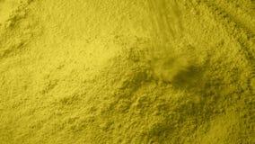 Η κίτρινη σκόνη χύνει στο σωρό απόθεμα βίντεο