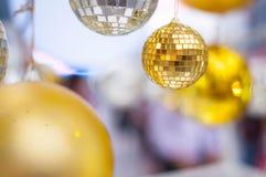 Η κίτρινη σφαίρα σε πολλή σφαίρα θαμπάδων στοκ φωτογραφία με δικαίωμα ελεύθερης χρήσης
