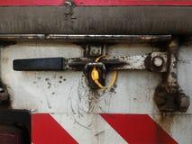Η κίτρινη σφραγίδα κλείδωσε στο παλαιό εμπορευματοκιβώτιο του φορτηγού μετά από την εργασία έναν μακροπρόθεσμο Στοκ φωτογραφίες με δικαίωμα ελεύθερης χρήσης