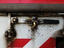 Η κίτρινη σφραγίδα κλείδωσε στο παλαιό εμπορευματοκιβώτιο του φορτηγού μετά από την εργασία έναν μακροπρόθεσμο Στοκ εικόνες με δικαίωμα ελεύθερης χρήσης