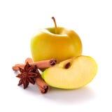 Η κίτρινη Apple με την κανέλα και το γλυκάνισο Στοκ φωτογραφία με δικαίωμα ελεύθερης χρήσης