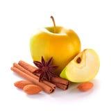 Η κίτρινη Apple με τη φέτα της Apple, τα καρύδια αμυγδάλων, τα ραβδιά κανέλας και το γλυκάνισο Στοκ Φωτογραφία