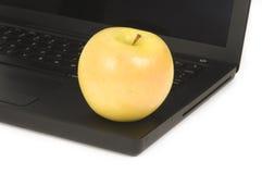 Η κίτρινη Apple στο lap-top Στοκ φωτογραφίες με δικαίωμα ελεύθερης χρήσης