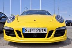 Η κίτρινη Porsche 911 Carrera 4 GTS Στοκ εικόνες με δικαίωμα ελεύθερης χρήσης