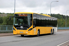 Η κίτρινη VOLVO 8900 λεωφορείο στο αστικό περιβάλλον στοκ εικόνες