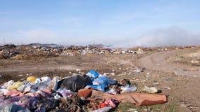 Η καίγοντας απόρριψη απορριμάτων μολύνει το περιβάλλον Ο ισχυρός άνεμος αυξάνεται τοξικός καπνός του καψίματος των απορριμάτων στ απόθεμα βίντεο