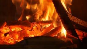 Η καίγοντας πυρκαγιά στην εστία
