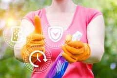 Η καθαρίζοντας γυναίκα παρουσιάζει ποιοτική υπηρεσία Στοκ φωτογραφία με δικαίωμα ελεύθερης χρήσης