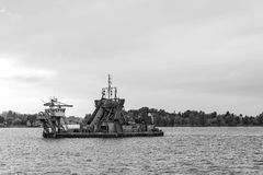Η καθαρίζοντας εργασία κοιτών ποταμού καναλιών λιμένων Στοκ Εικόνα
