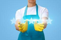 Η καθαρίζοντας κυρία παρουσιάζει την εκτίμηση πέντε αστεριών Στοκ φωτογραφίες με δικαίωμα ελεύθερης χρήσης