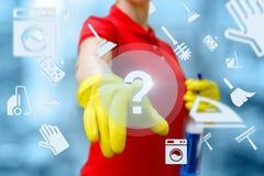 Η καθαρίζοντας κυρία χτυπά στο κουμπί με την ερώτηση στοκ φωτογραφία