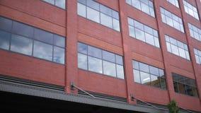 Η καθιέρωση του πυροβολισμού του κοκκίνου το κτήριο εργοστασίων στη αστική περιοχή ALT απόθεμα βίντεο