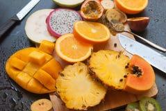 Η καθορισμένη τροπική περικοπή περιβάλλει τον τεμαχίζοντας πίνακα φρούτων Στοκ φωτογραφίες με δικαίωμα ελεύθερης χρήσης