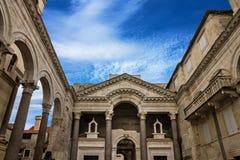 η καθολική Κροατία εισήγαγε αρχικά το μαζικό ιερέα που χωρίστηκε σε ιδιωματικό ποιοι Τοίχος παλατιών Diocletian στοκ εικόνες