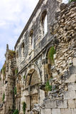 η καθολική Κροατία εισήγαγε αρχικά το μαζικό ιερέα που χωρίστηκε σε ιδιωματικό ποιοι Παλάτι Diocletian iwall Στοκ Εικόνες