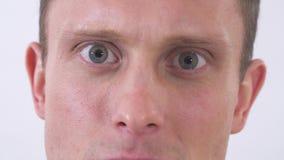 Η κακή συγκίνηση επανδρώνει το πρόσωποη Βλάστηση σε μια άσπρη ανασκόπηση απόθεμα βίντεο