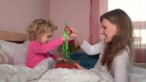 Η καλή έγκυος γυναίκα μητέρων της δίνει λίγο κορίτσι κορών παρόν κιβώτιο δώρων απόθεμα βίντεο