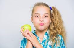 Η καλή διατροφή είναι ουσιαστική στις καλές υγείες Το κορίτσι παιδιών τρώει τα πράσινα φρούτα μήλων Θρεπτικό περιεχόμενο του μήλο στοκ εικόνες