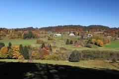 Η καλή πορεία πεζοπορίας κάλεσε ` Ibacher Panoramaweg ` κοντά σε Oberibach παρουσιάζοντας ζωηρόχρωμο τοπίο στο νότιο Μαύρο Στοκ Εικόνες