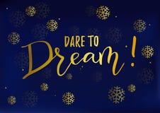 Η καλλιγραφία της κινητήριας φράσης τολμά να ονειρευτεί σε χρυσό στο σκούρο μπλε υπόβαθρο που διακοσμείται με snowflakes απεικόνιση αποθεμάτων