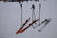 Η καλλιτεχνικά συλλήφθείη εικόνα με τα σκι κοντά επάνω και κάνοντας σκι χύνει μια ηλιόλουστη ημέρα το χειμώνα Στοκ εικόνα με δικαίωμα ελεύθερης χρήσης