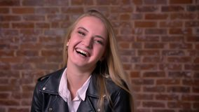 Η καλλιτεχνική ξανθή καυκάσια θηλυκή κινηματογράφηση σε πρώτο πλάνο που στέκεται και που γελά στη κάμερα, που χαλαρώνουν και ευτυ φιλμ μικρού μήκους