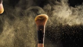 Η καλλυντική βούρτσα με τη χρυσή καλλυντική σκόνη για αποτελεί απόθεμα βίντεο