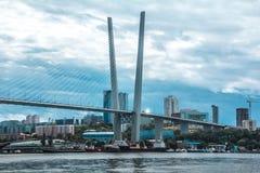 Η καλώδιο-μένοντη γέφυρα του Βλαδιβοστόκ πηγαίνει στον ουρανό στοκ εικόνες με δικαίωμα ελεύθερης χρήσης
