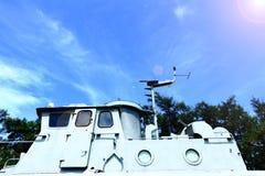 Η καμπίνα γεφυρών τοπ μερών του ωκεάνιου στόλου που ελλιμενίζει στο έδαφος και βλέπει το blu Στοκ φωτογραφίες με δικαίωμα ελεύθερης χρήσης