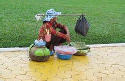 Η καμποτζιανή γυναίκα πωλεί τα φρούτα και την ουσία στην οδό Στοκ Φωτογραφία