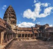 η Καμπότζη συγκεντρώνει siem Μια από τις τέσσερις λεκάνες στο σταυροειδές μοναστήρι σε Angkor Wat Στοκ φωτογραφίες με δικαίωμα ελεύθερης χρήσης