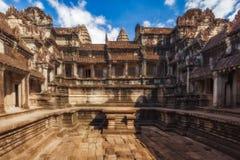 η Καμπότζη συγκεντρώνει siem Μια από τις τέσσερις λεκάνες στο σταυροειδές μοναστήρι σε Angkor Wat Στοκ εικόνα με δικαίωμα ελεύθερης χρήσης