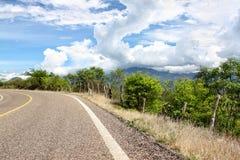 η καμπύλη πηγαίνει δρόμος βουνών Στοκ εικόνες με δικαίωμα ελεύθερης χρήσης