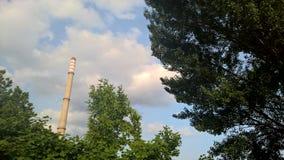 Η καπνοδόχος και το πάρκο Στοκ φωτογραφίες με δικαίωμα ελεύθερης χρήσης