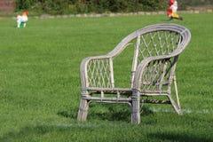 Η καρέκλα κήπων για το άτομο επίθεσης του αθλητικού διαγωνισμού σκυλιών στοκ εικόνες