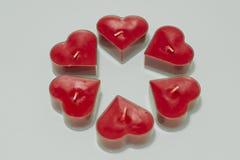 Η καρδιά έξι διαμόρφωσε το κόκκινο λουλούδι μορφής κεριών στο άσπρο υπόβαθρο Στοκ Εικόνες