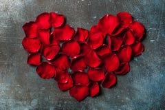 Η καρδιά διαμόρφωσε κόκκινο αυξήθηκε φύλλα στο εκλεκτής ποιότητας υπόβαθρο μετάλλων στοκ εικόνα