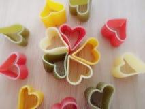 Η καρδιά κόκκινος κιτρινοπράσινος άσπρος στενός επάνω ζυμαρικών που θ στοκ εικόνα με δικαίωμα ελεύθερης χρήσης