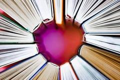 Η καρδιά των βιβλίων στο ρόδινο υπόβαθρο r Ανάγνωση αγάπης στοκ φωτογραφίες