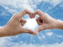 η καρδιά χεριών κάνει το σημ Στοκ εικόνες με δικαίωμα ελεύθερης χρήσης
