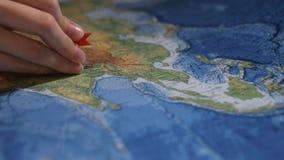 Η καρφίτσα διευκρινίζει τη θέση στο χάρτη απόθεμα βίντεο