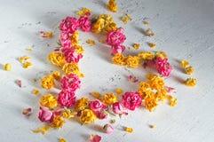 Η καρδιά αποτελείται από τα ξηρά τριαντάφυλλα Στοκ φωτογραφία με δικαίωμα ελεύθερης χρήσης