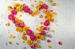 Η καρδιά αποτελείται από τα ξηρά τριαντάφυλλα Στοκ Φωτογραφίες