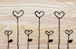 Η καρδιά επισύρει την προσοχή στο ξύλινο πιάτο Στοκ εικόνα με δικαίωμα ελεύθερης χρήσης