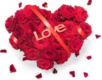 Η καρδιά η γίνοντη που κόκκινη ανθοδέσμη τριαντάφυλλων κόκκινο κείμενο κορδελλών αγαπά τα πέταλα απομόνωσε το άσπρο υπόβαθρο Στοκ Εικόνες